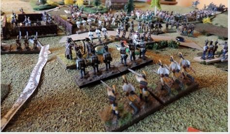 Austriackie natarcie na Brytyjczyków. Jak widać arcyksiążę Karol dysponował dużymi rezerwami i każdy pobity i odparty pułk mógł zastąpić nowym, stwarzając ciągłą presję na linię Brytyjczyków.