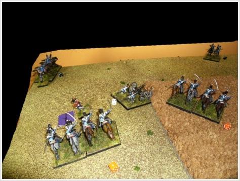 W odpowiedzi na porażkę 11 pułku jazdy, książę Orański nakazał Ponsonby'emu ściągnąć na lewe skrzydło rezerwowy pułk lekkich dragonów, który wcześniej zlikwidował pruską artylerię konną. W tle figurki pruskich dragonów - w rzeczywistości były poza polem bitwy (pościg).