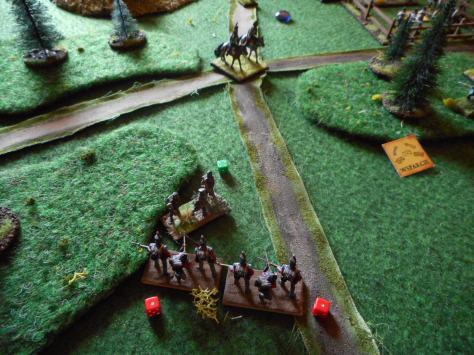 Kiedy chorwacji, jegrzy i huzarzy ponowili atak na hanowerczyków, przyszła im z pomocą wspomniana lekka jazda, w wyniku czego pułk jegrów został kompletnie rozbity a huzarzy stracili połowę stanu osobowego i tylko ciężkie wysiłki generała von Ulm'a sprawiły, że nie uciekli z pola bitwy (choć części w uciekając potonęło w jeziorze). Tacy to są ci Węgrzy, równie zapalczywi, co skorzy do paniki. Szczęśliwie tym razem chorwaccy grenzerzy przytomnie utworzyli czworobok i odparli próbę ataku brytyjskiej jazdy, osłaniając swoich uciekających huzarów. Zdjęcie pokazuje sytuację, gdy huzarzy wrócili już na skrzyżowanie dróg, a grenzerzy ostrzeliwali się z resztą milicji hanowerskiej.